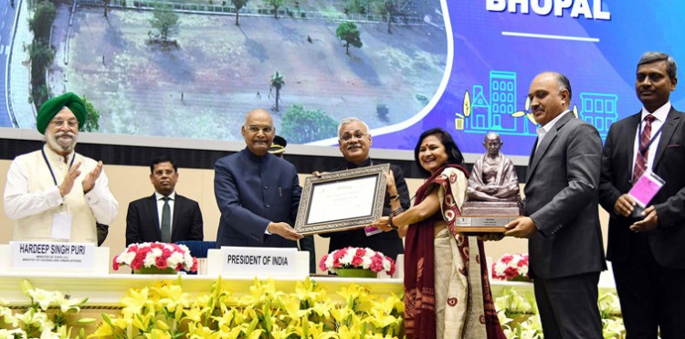 ram nath kovind presenting the swachh survekshan awards
