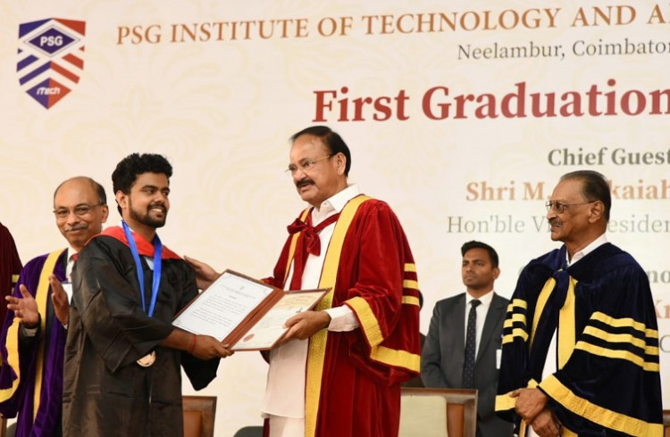 venkaiah naidu presenting the degrees to the students