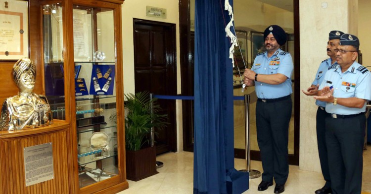 air chief has unveiled the statue of marshal arjan singh