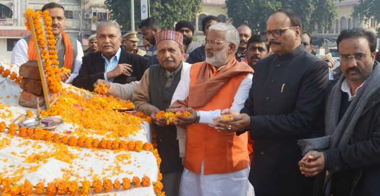 faithful tributes paid to the statue of swami vivekananda