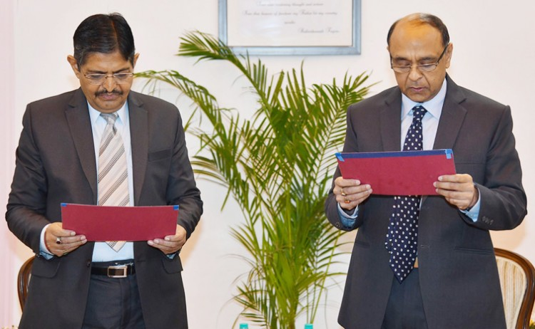 pradeep kumar joshi administering the oath of arvind saxena as the chairman upsc