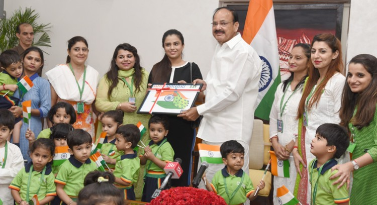 venkaiah naidu with the children from gd goenka la'petite preschool