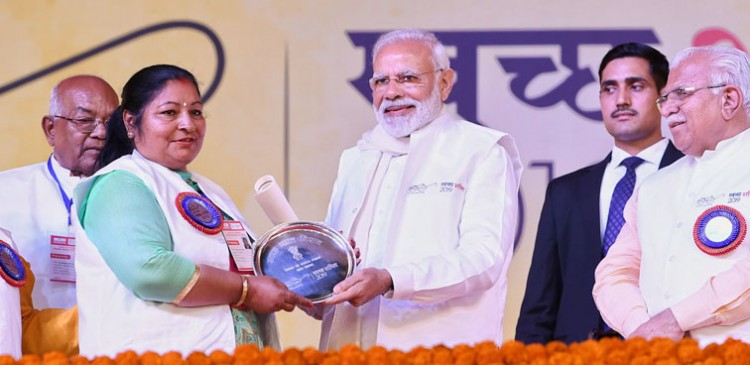 narendra modi presenting the swachh shakti 2019 awards to women sarpanch