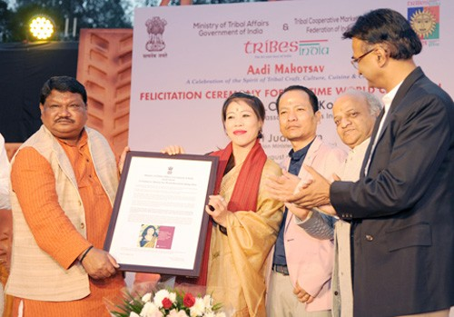 minister of tribal affairs honors mary kom