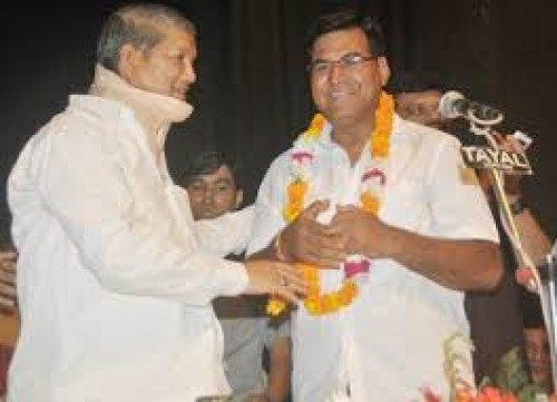 cm harish rawat congratulat to newly elected district panchayat president chaman singh