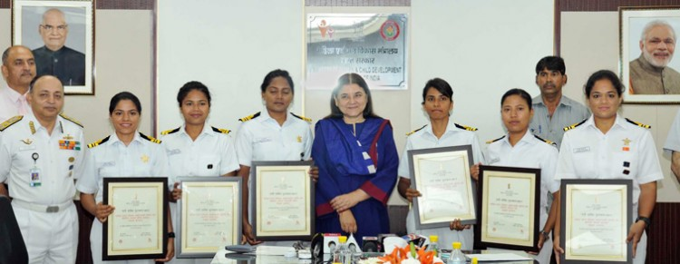 maneka gandhi honors team of insv tarini