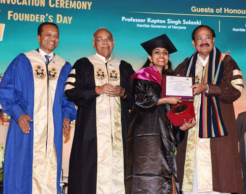 venkaiah naidu presenting medals to the students, convocation of op jindal university